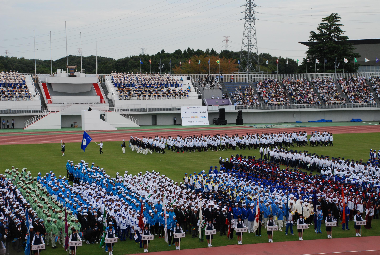 開会式で行進曲を熱演する合唱隊と各県代表の入場